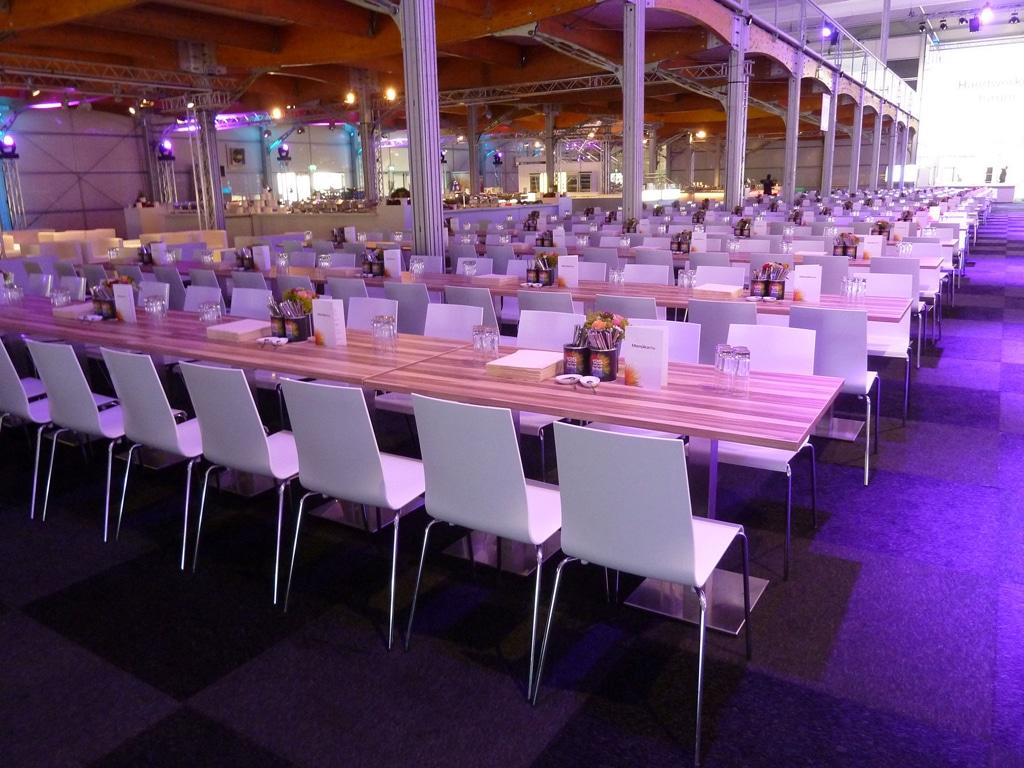 Perfekt aufeinander abgestimmt: die Tischserie Tiffany und die Stuhlserie Kuadra von Event Rent
