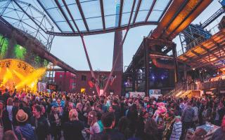 Live-Stimmung mit Bands in den Abendstunden des Dentsu Aegis Festivals