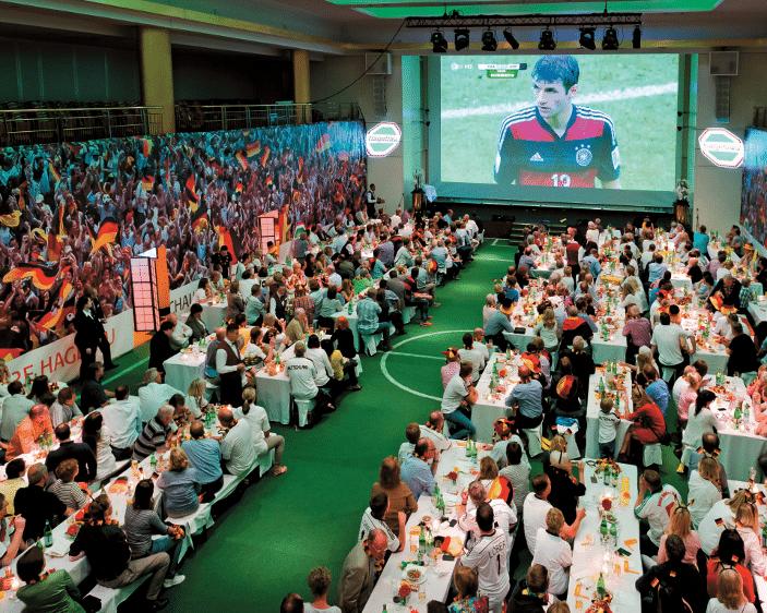 Konferenzräume sind langweilig? Dieser bestimmt nicht! Stadionatmosphäre zum WM Gruppenspiel USA – Deutschlanddes
