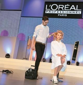 Friseur auf einer Bühne