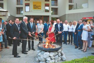 Stock-Würstchen grillen auf dem Vorplatz im Gedenken an die legendäre Grillaktion vor 50 Jahren