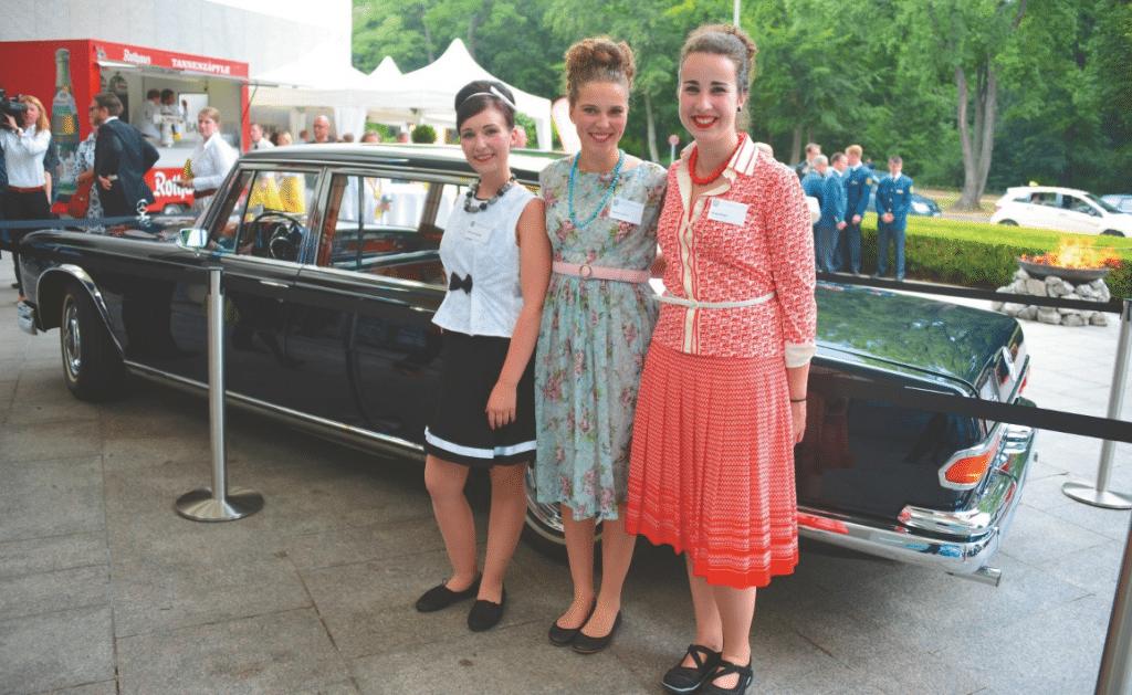 Die Hostessen im reizend-authentischen Sixties-Outfit strahlten den soliden Charme einer schwäbischen Wirtstochter aus.