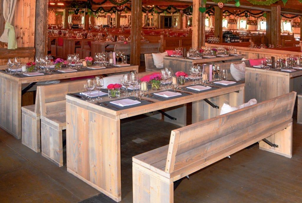 Sitzbänke und Tische der Toskana Serie