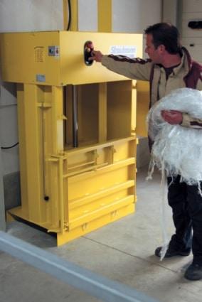 Mit der Ballenpresse wird der Folienabfall für eine optimale Müllentsorgung verdichtet.