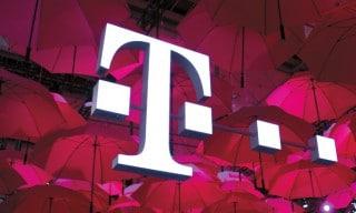 Telekom-T vor pinken Schirmen