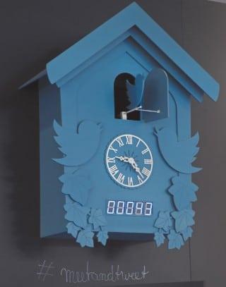 Blaue Uhr mit Twitter-Logo