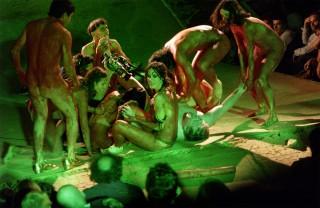 """Szene aus der Berliner Uraufführung von """"KRIEG IM SERTAO 2, Der Mensch 1"""" nach dem gleichnamigen Roman von Euclides da Cunha am 14.9.2005 in der Volksbühne am Rosa-Luxemburg-Platz."""