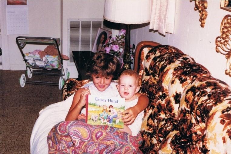 Annabelle Atchison, ein Jahr alt, auf dem Schoß ihrer Cousine Melanie