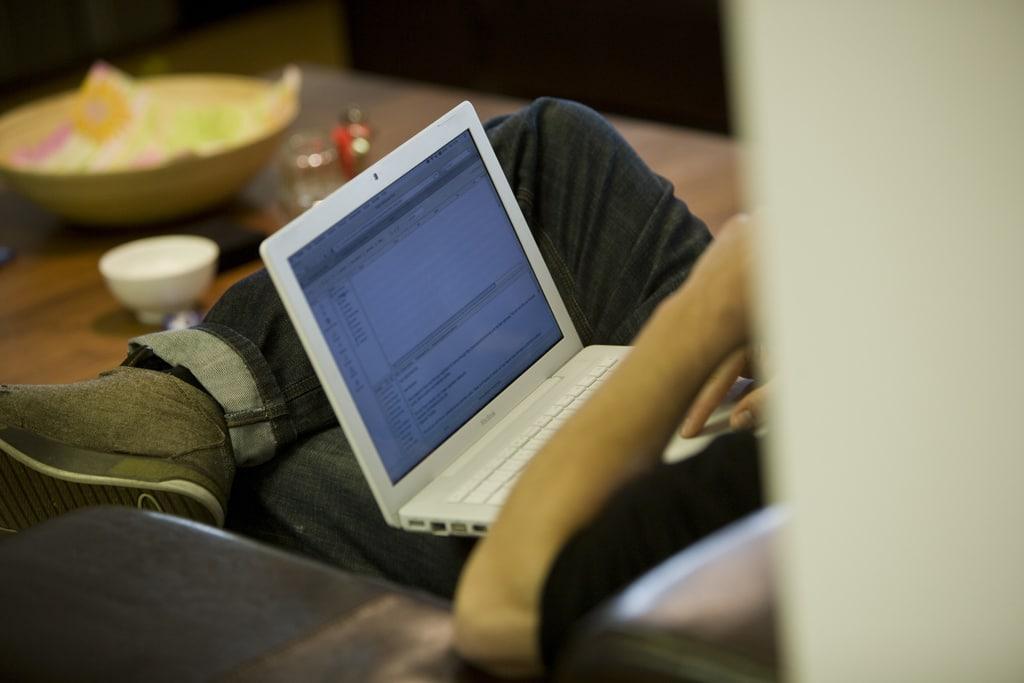 Mann mit Laptop im Schoß
