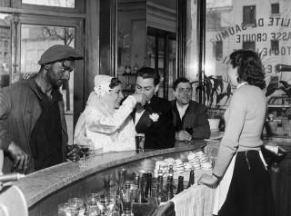 Kaffee schwarz-weiß, Joinville-Pont, 1948, von Robert Doisneau
