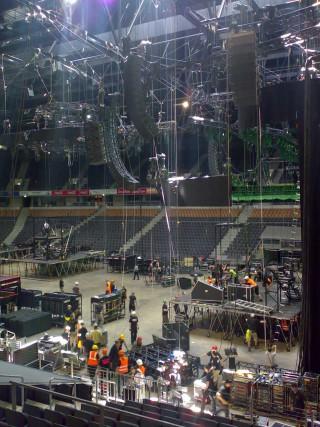 Stagehands und Techniker bei der Arbeit.