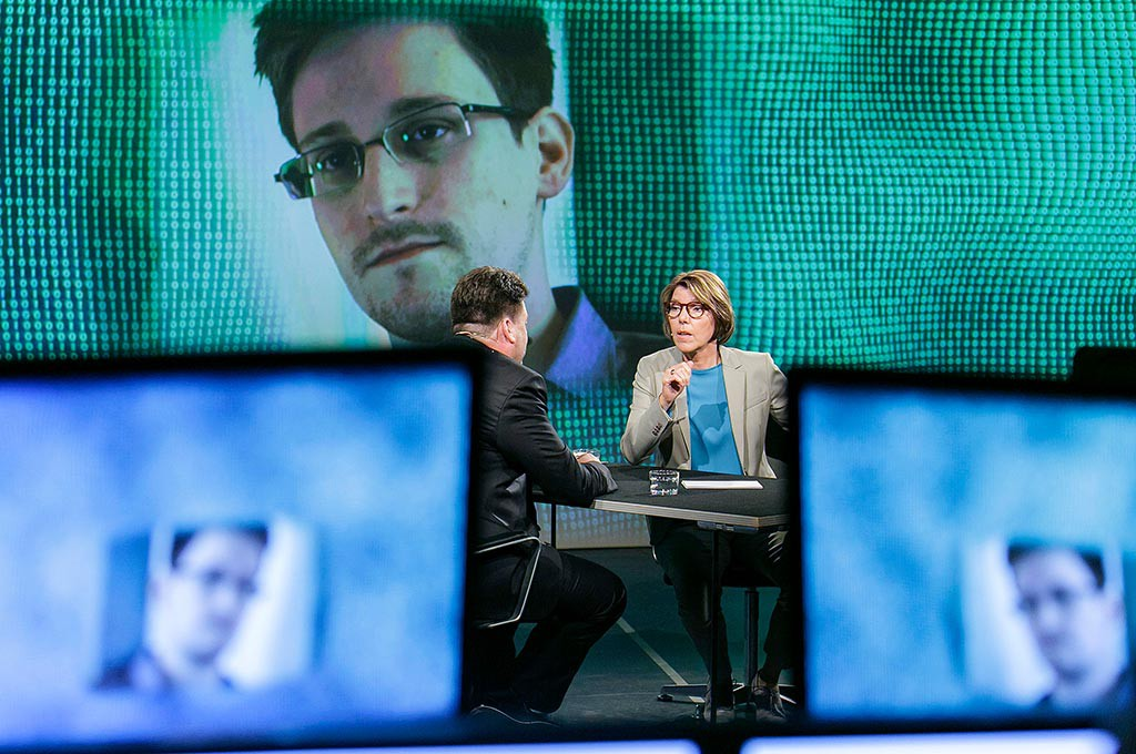 Bettina Böttinger vor der Illumination von Edward Snowden