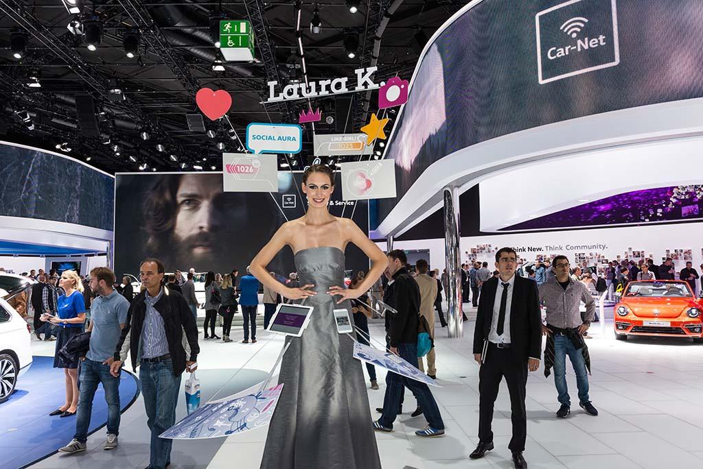 Social Media Messe Hostess am Stand von VW