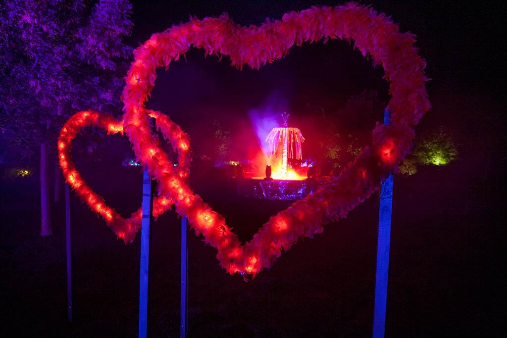 Beleuchtete Herzen im Park der Gärten in Oldenburg