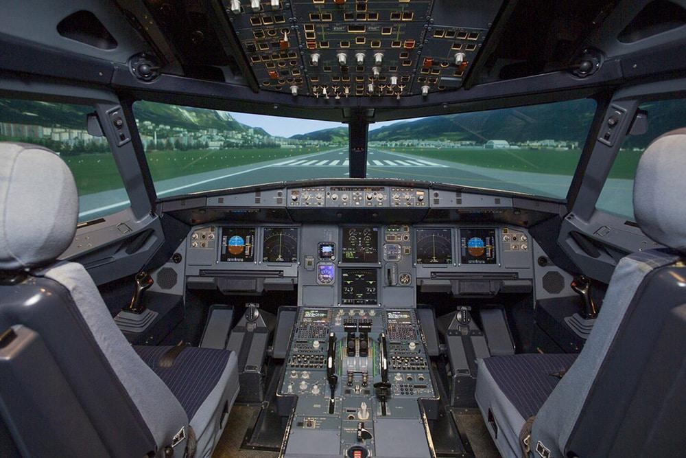 Cockpit in einem Flugsimulator