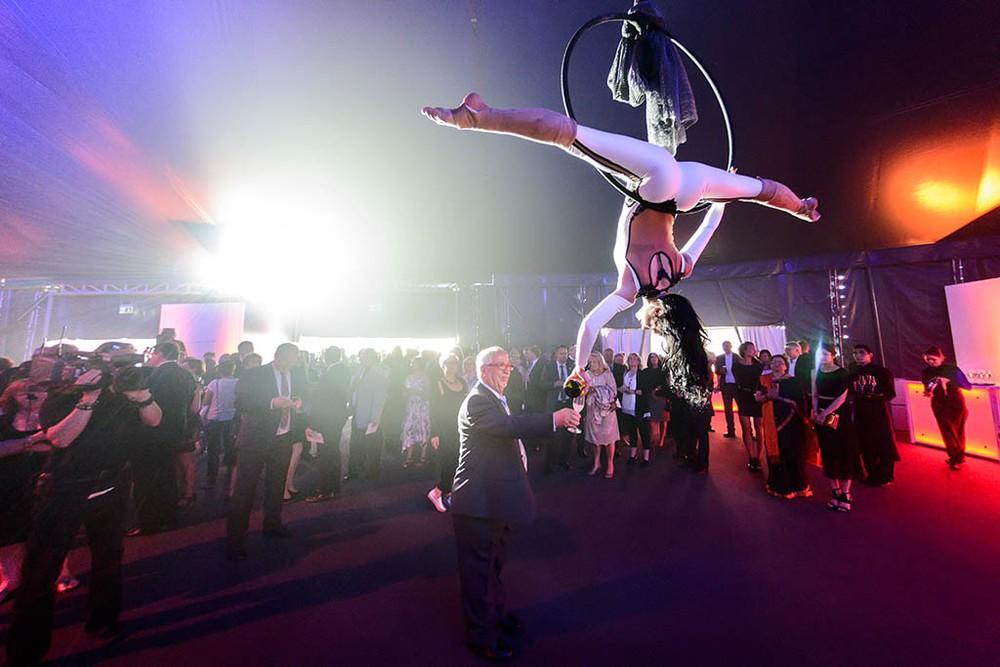 Akrobatin beim Jubiläum von Pfeiffer Vacuum