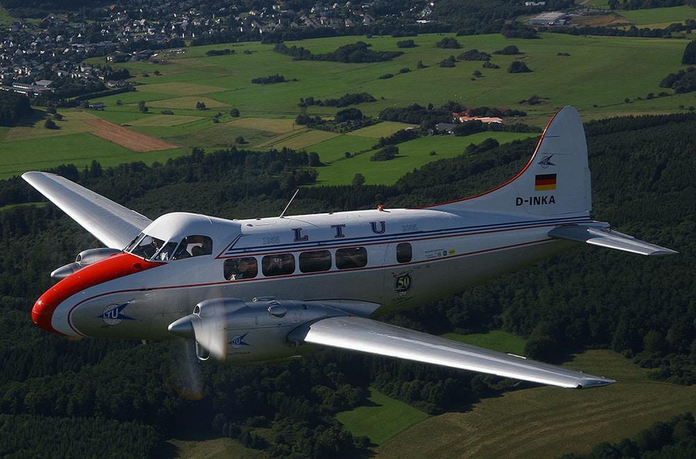 Flugzeug über grüner Landschaft