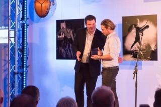 Björn Hermann (r.) erhält den Opus - Deutscher Bühnenpreis 2016, überreicht von Michael Biwer, Director Prolight + Sound