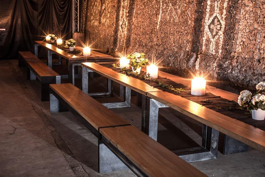 Bänke und Tische bei einem Event