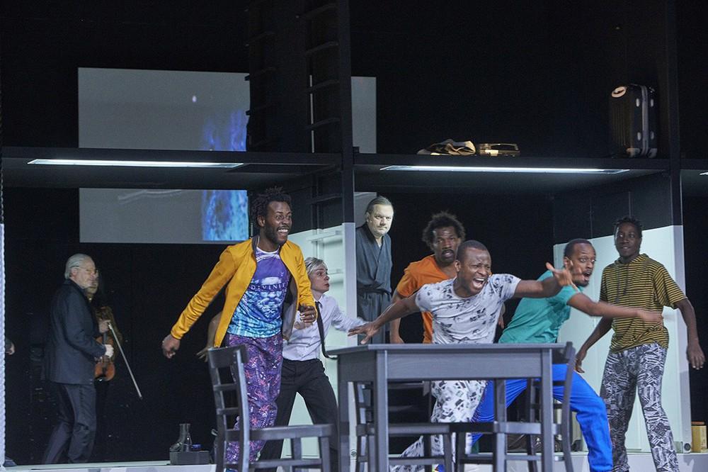 Ensemble auf der Bühne