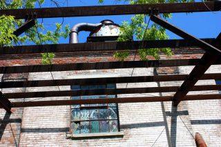 Alte Fabrik mit Stahlträgern