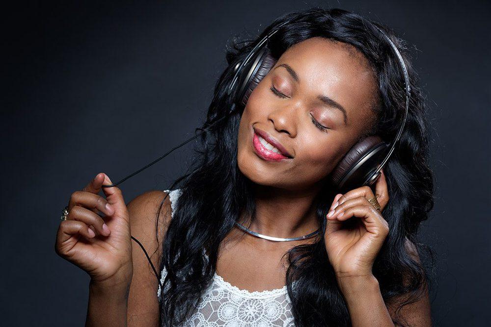 Terja Diava mit Kopfhörern