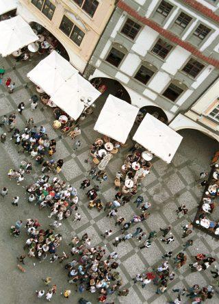 Touristen auf einem Platz