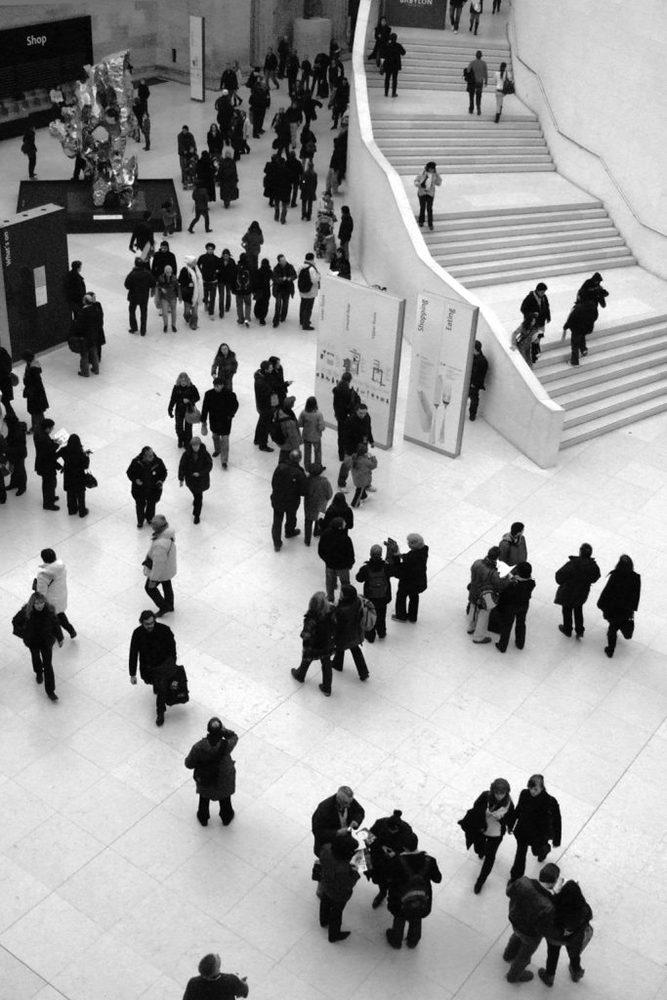 Geschäftige Menschen im Atrium