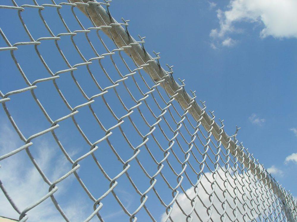Zaun vor blauem Himmel