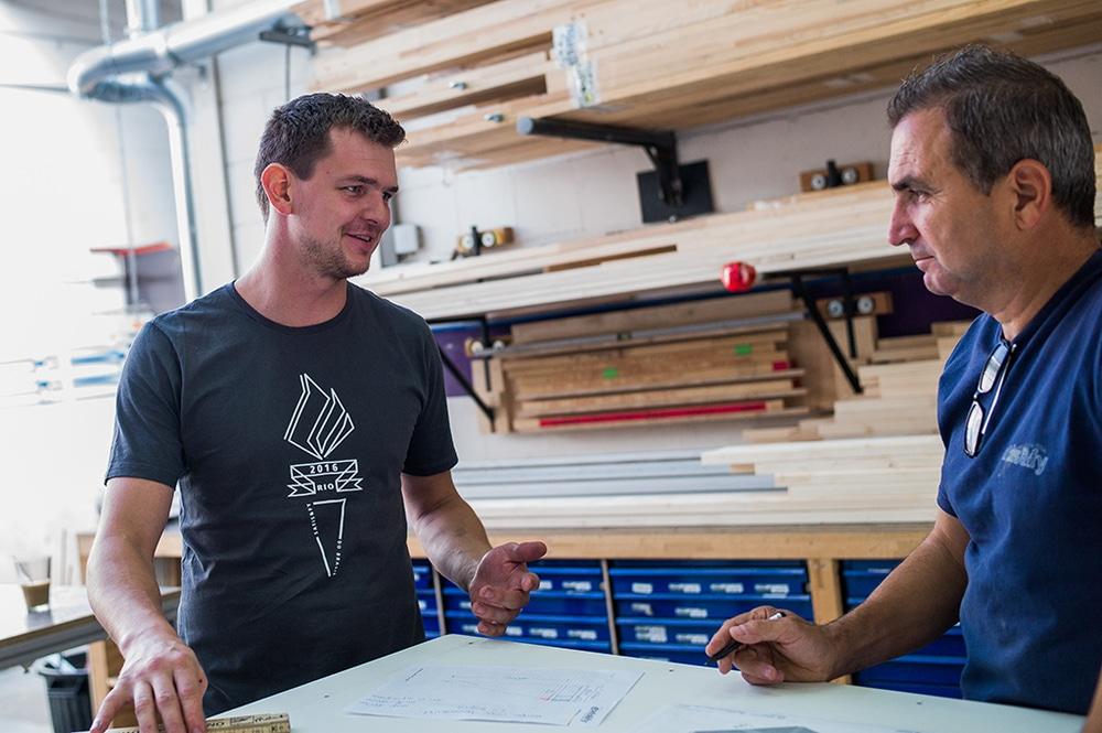 Schreinermeister Arno Samar (l.) und sein Kollege Mehmet Gürbüz