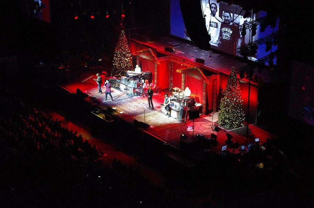 Weihnachtsbäume auf einer Bühne