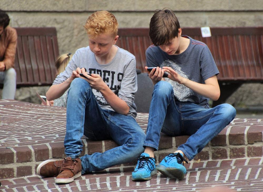Jungs spielen Pokémon auf dem Handy