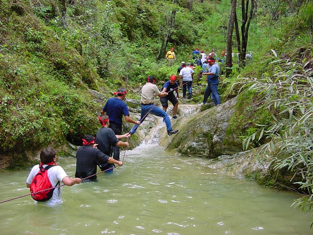 Team Work bei einer Flussüberquerung