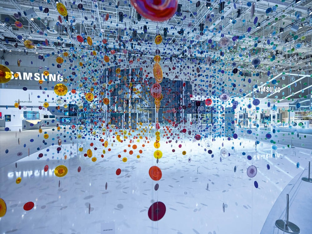 9.204 frei hängende bunte Glasbutzen visualisieren die neue Samsung-Technologie Quantum Dot auf der IFA 2016.