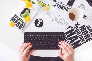 Frau an einer Tastatur
