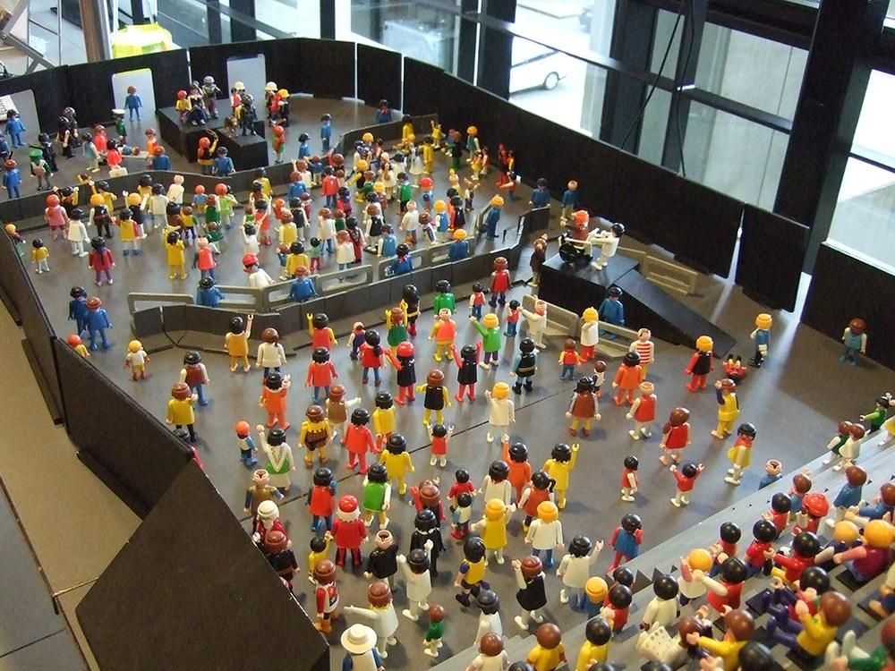 Playmobil-Figuren simulieren Besucher auf einem Event
