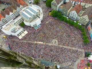Menschenmenge auf einer Veranstaltung aus der Vogelperspektive