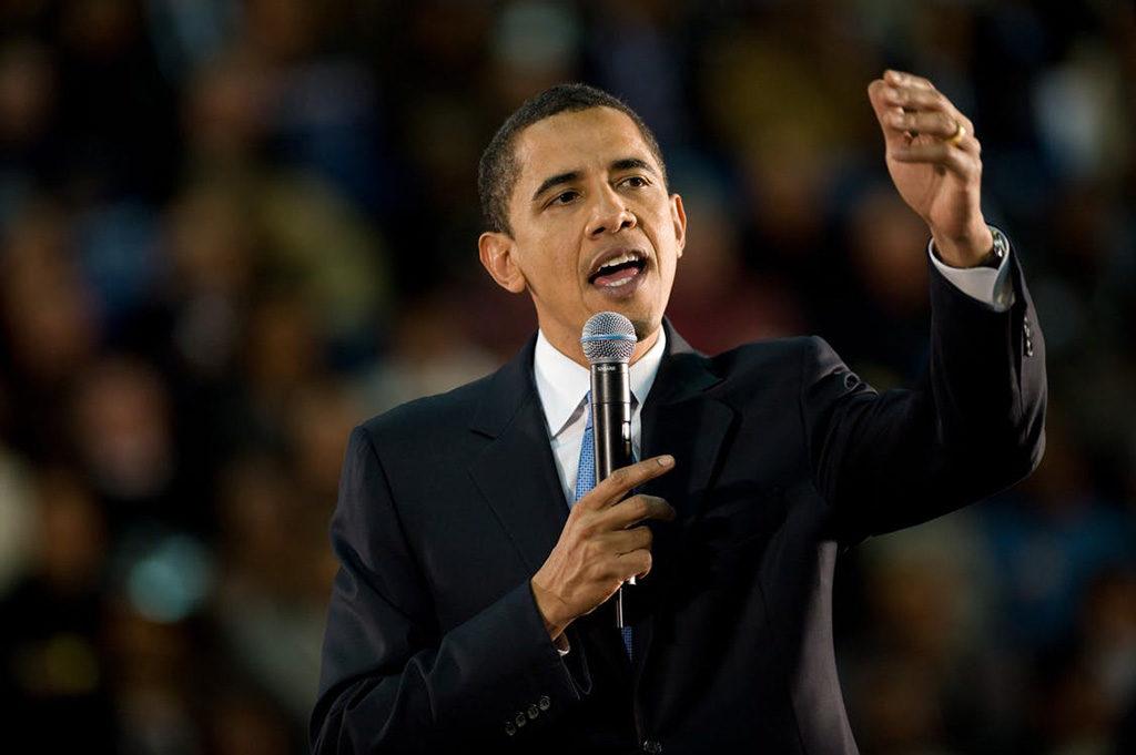 Barack Obama spricht vor einer Menschenmenge