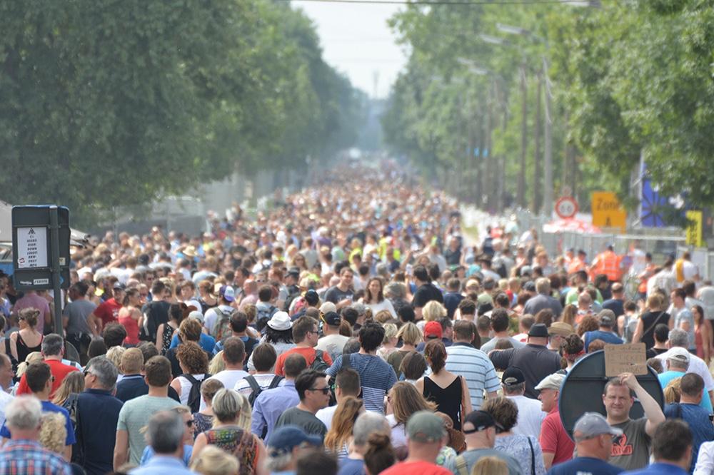 Menschenmenge auf dem Weg zu einer Veranstaltung