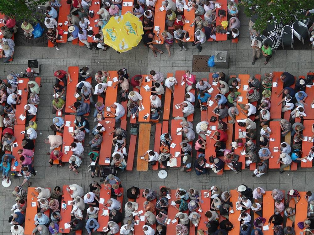 Menschen auf einem Festival aus der Vogelperspektive