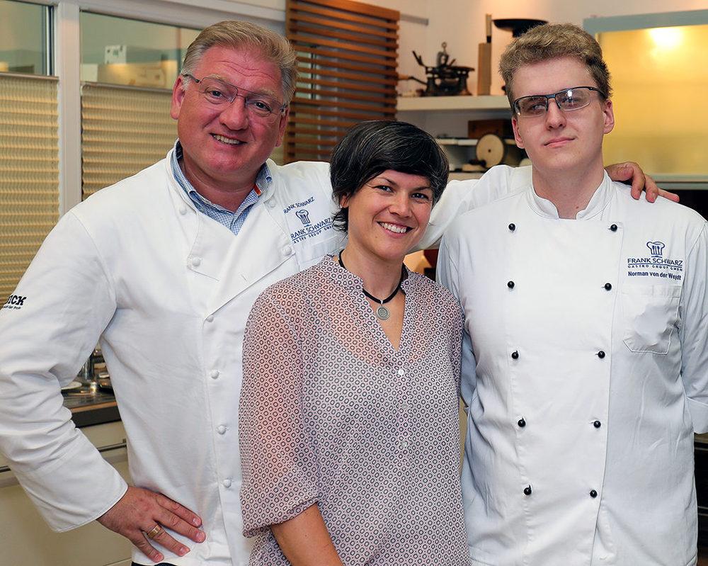 FSGG-Geschäftsführer Frank Schwarz und die stellvertretende Geschäftsführerin Silvia Borghorst freuen sich zusammen mit ihrem ehemaligen Auszubildenden Norman von der Weydt.
