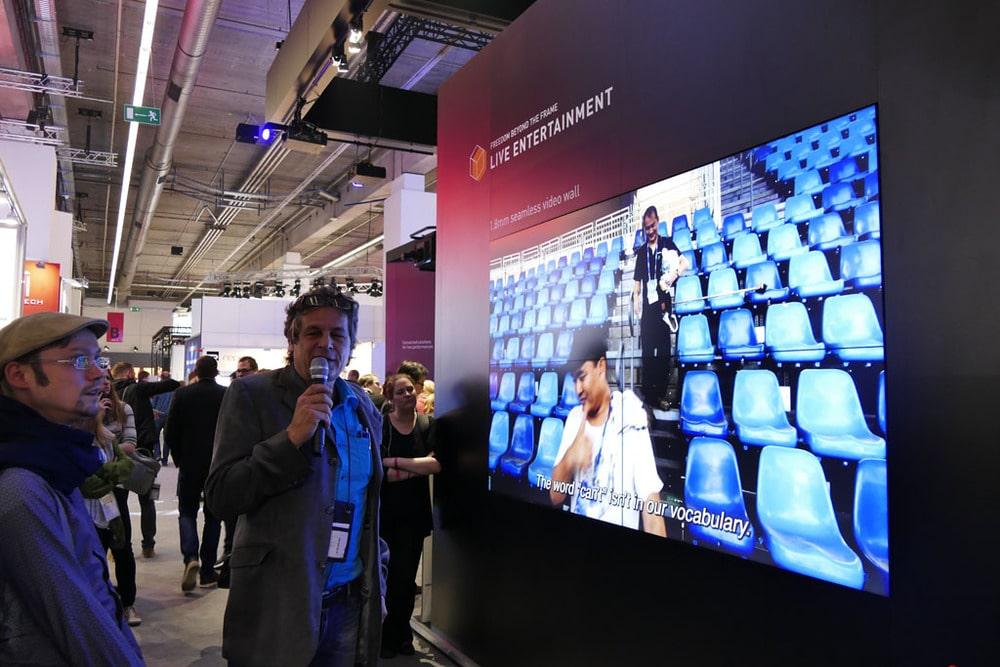 Achim Hannemann, Guide der Medientechnik-Tour, erklärt ein Panasonic Produkt
