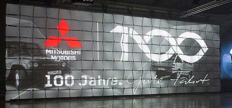 Projektion auf ein geflogenes Bühnenbild von WAFER Panels mit FROSTY hinterlegt.