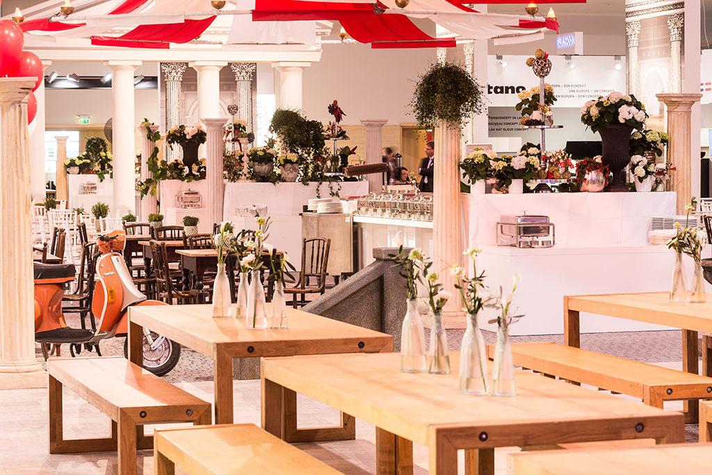 Bei der Hauptversammlung der MHK Group im Berliner Estrel Congress Center gab es neben der HV selbst auch eine Messesituation mit Erlebnis-Küchen-Welt, ein Plenum und Fachvorträge sowie eine glamouröse Gala.