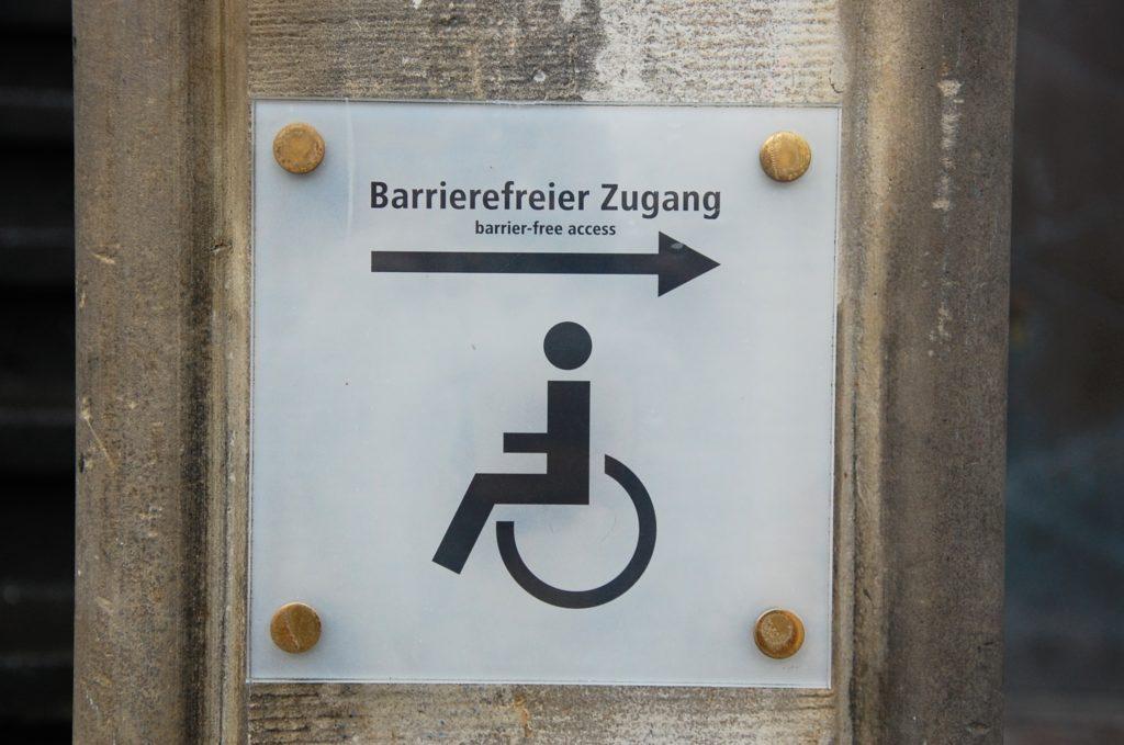 Hinweis-Schild auf einen barrierefreien Zugang