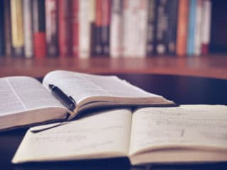 Aufgeschlagene Bücher in einer Bibliothek