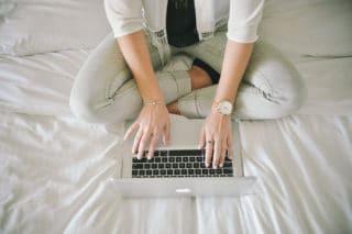 Laptop auf dem Bett