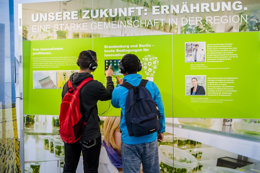 Ausstellungsdetail der Dialogtage Ernährungswirtschaft 2017 vor dem Hbf Berlin