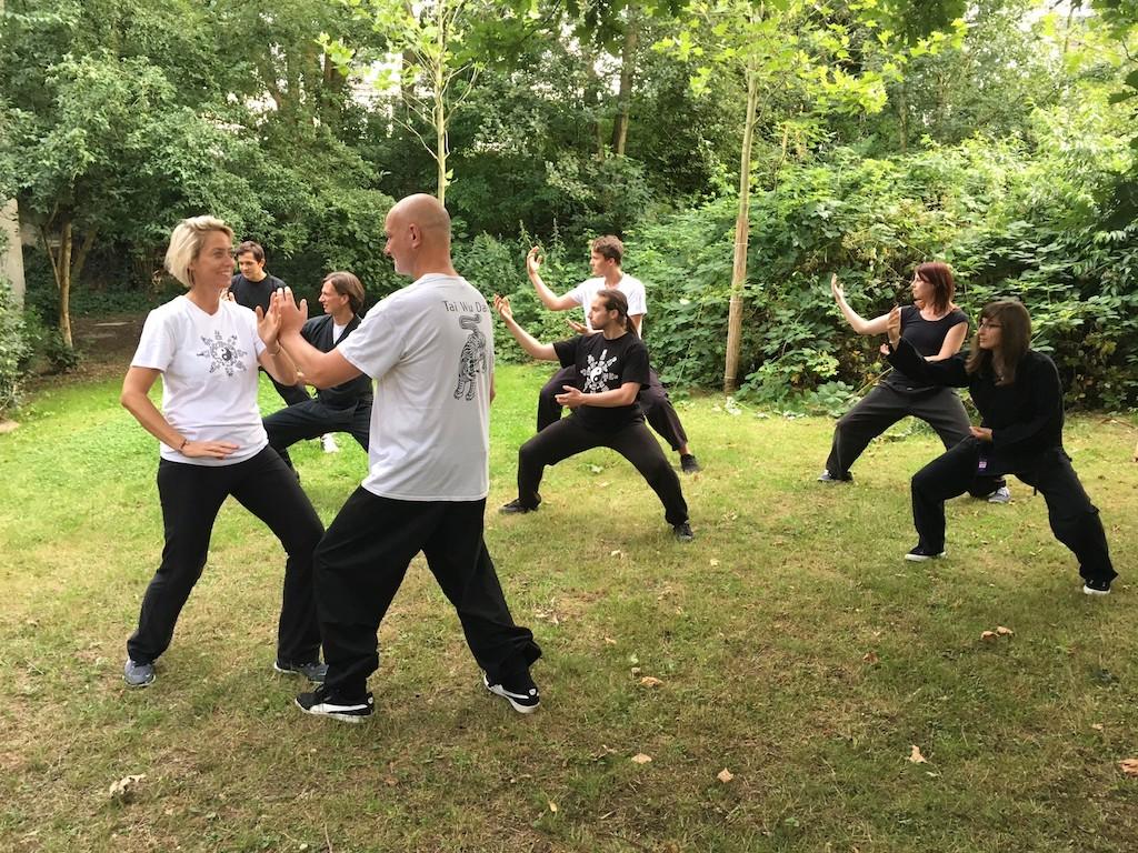 Tanja Barleben (l.) zusammen mit anderen Teilnehmern des Kurses Tai Chi Chuan und Kung Fu
