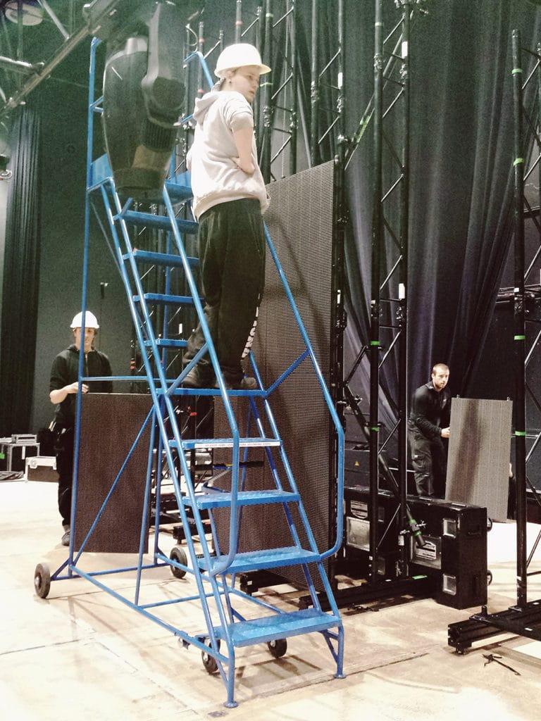 Leiter beim Aufbau der Veranstaltungstechnik